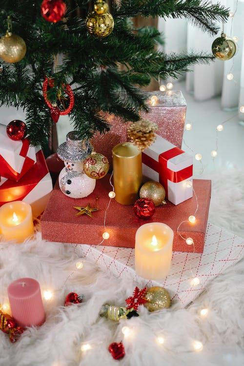 Bolas Douradas E Brancas Em Caixas De Presente Brancas E Vermelhas