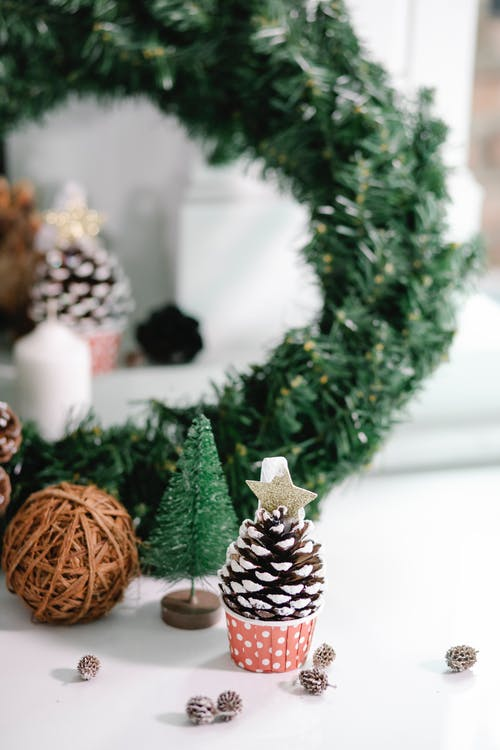 Sapin De Noël Vert Avec Ornement Ange Blanc