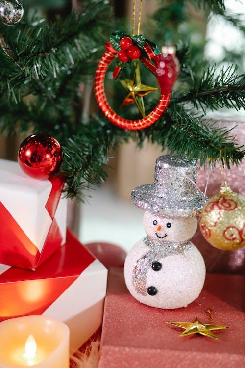 Caixa De Presente Vermelha E Branca Ao Lado Do Enfeite De Natal Vermelho E Dourado