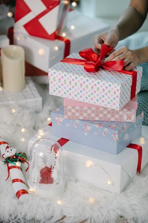 Caixa De Presente De Bolinhas Brancas E Rosa Com Fita Vermelha