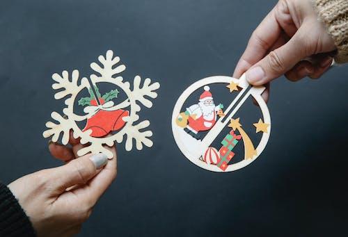 Pessoa Segurando Leque De Mão Floral Branco E Vermelho