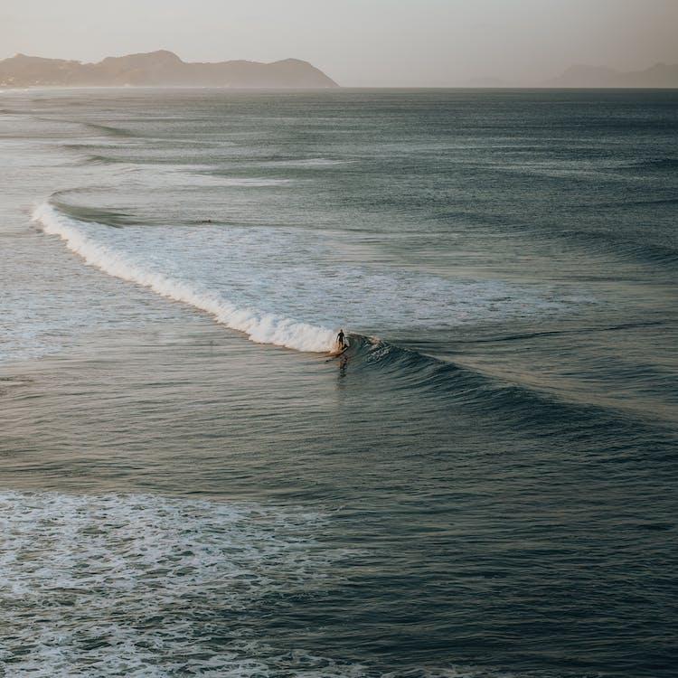 在海浪上冲浪的人