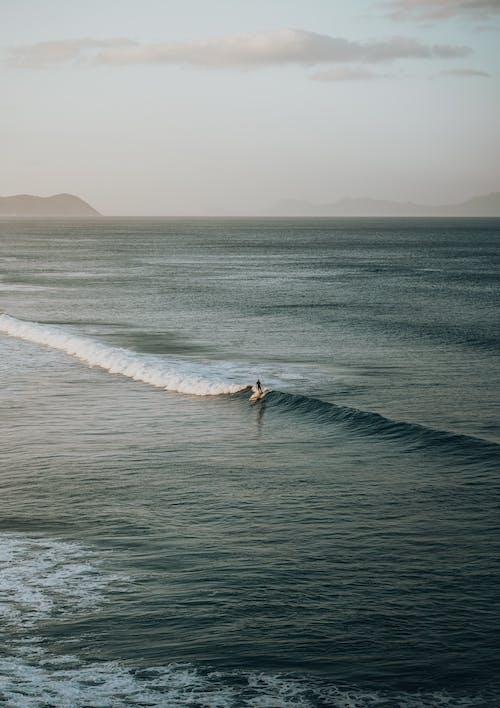 Pessoa Surfando Nas Ondas Do Mar