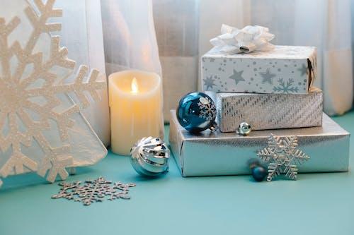 白色柱狀蠟燭旁的銀色和黑色圓形模擬手錶