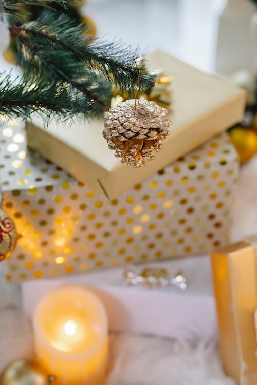 Pinheiro Verde Na Mesa De Bolinhas Brancas E Amarelas