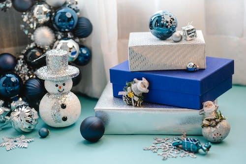 Caixa De Presente Azul E Branca Com Enfeites Hello Kitty E Boneco De Neve