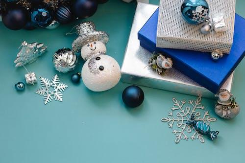 藍盒子上的藍色和銀色小玩意