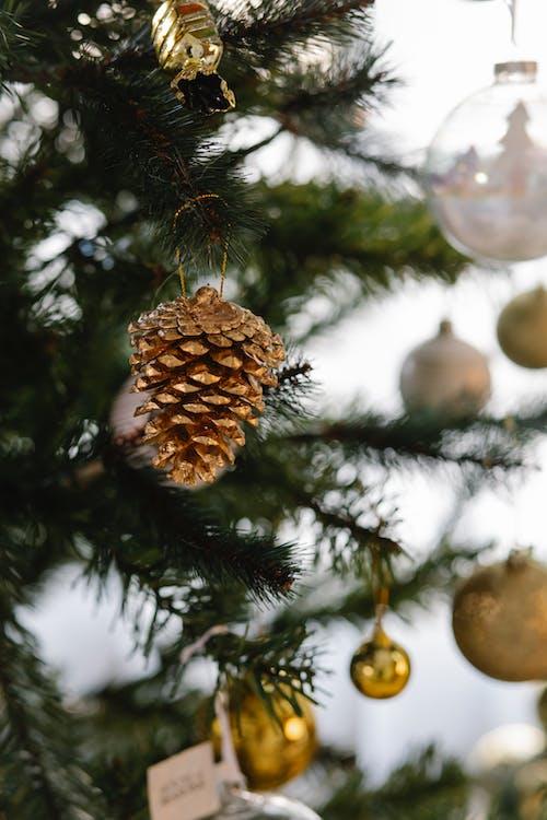 緑のクリスマスツリーに金と銀のつまらないもの