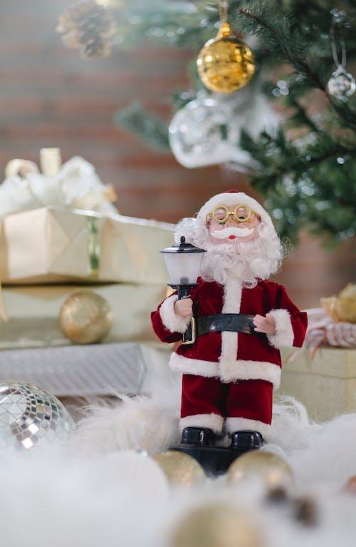 聖誕老人公仔白桌上