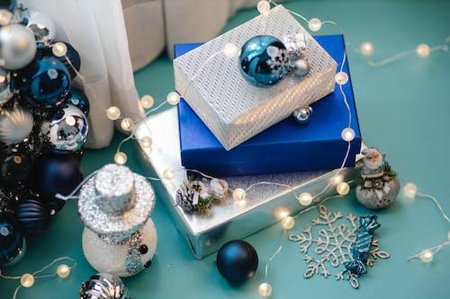 藍色和銀色禮品盒