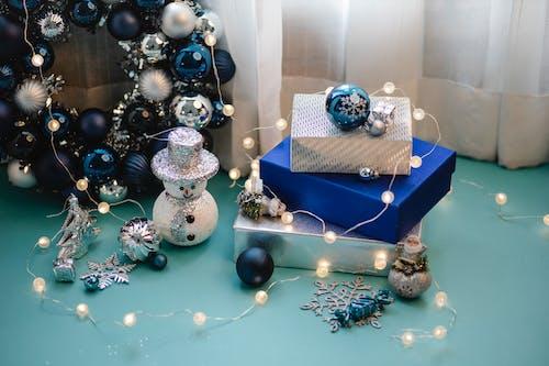 藍色和白色聖誕球在藍盒子上