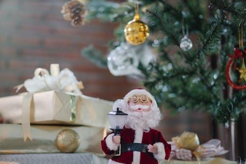 聖誕老人公仔附近白色聖誕樹