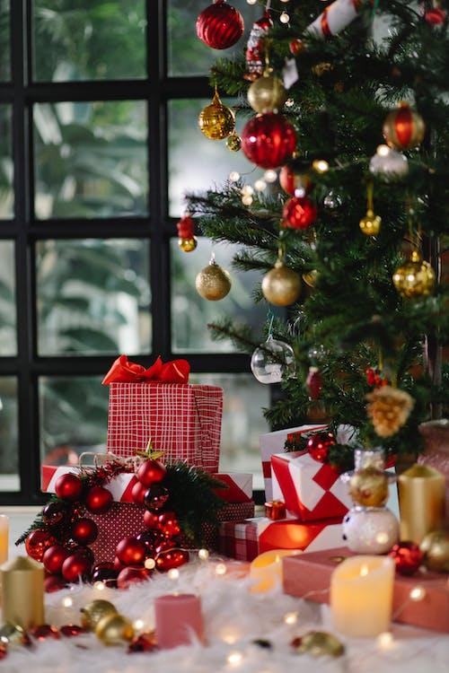 綠色聖誕樹的小玩意和紅色和白色禮品盒