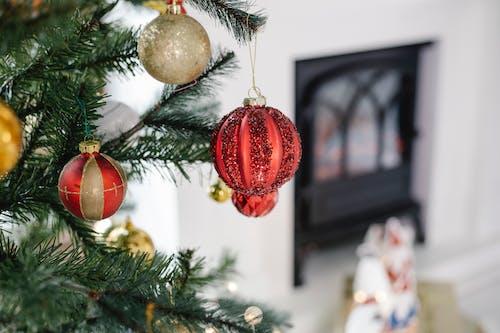 Bagattelle Rosse E Oro Su Albero Di Natale Verde