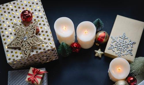 бело красная цветочная подарочная коробка с белыми свечами