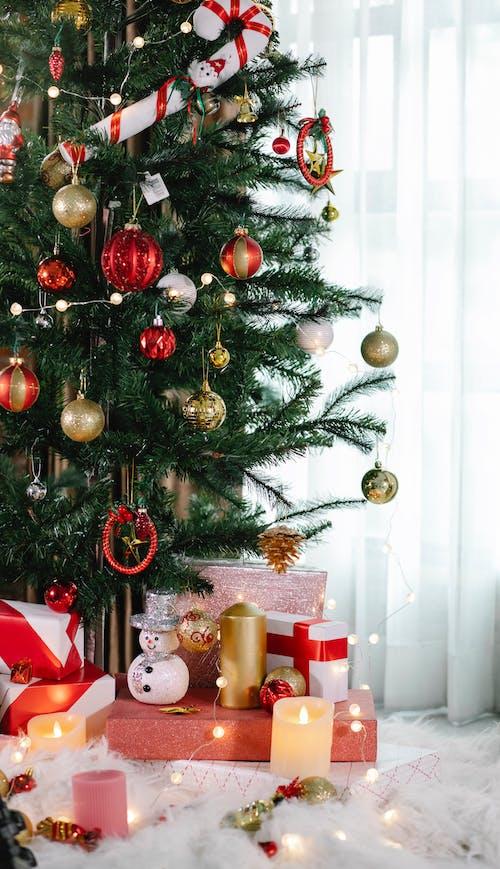 árvore De Natal Verde Com Enfeites E Enfeites
