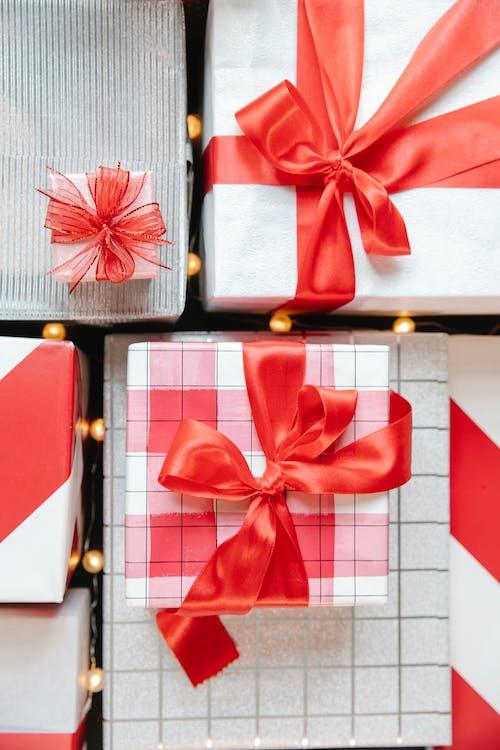 紅絲帶紅色和白色格仔的禮品盒