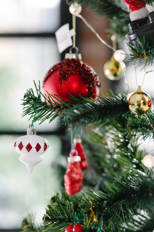 Bolas Vermelhas E Douradas Na árvore De Natal Verde