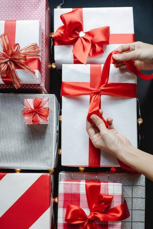 красная лента на черно белой полосатой коробке