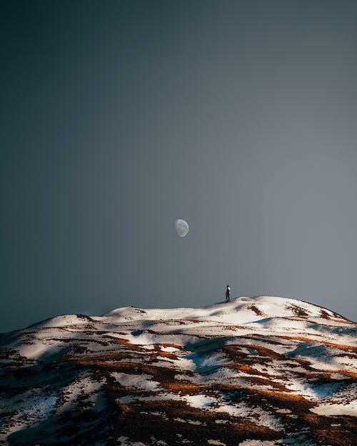 站在白雪覆盖的山上的人