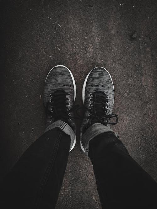 Immagine gratuita di angolo alto, anonimo, asfalto, calzature