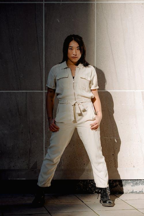 Безкоштовне стокове фото на тему «азіатська жінка, брюнетка, бунтівник, впевнений»