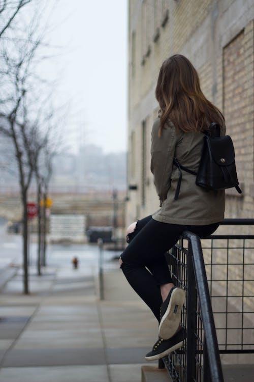 Fotobanka sbezplatnými fotkami na tému batoh, chodník, človek, denné svetlo