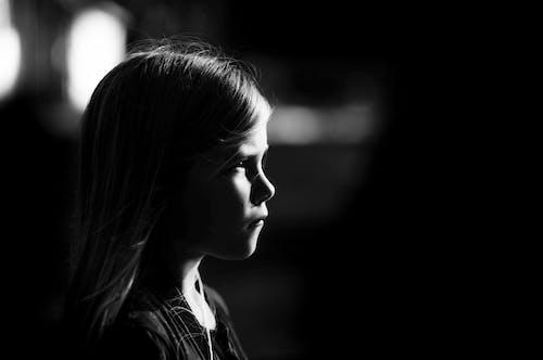 Darmowe zdjęcie z galerii z ciemny, czarno-biały, dziewczyna, jasny