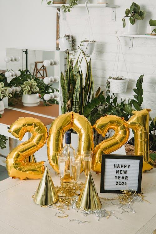금색과 흰색 꽃 화환