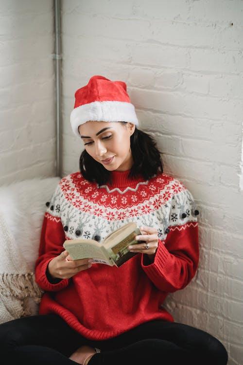 Δωρεάν στοκ φωτογραφιών με lifestyle, αγιοβασιλιάτικο καπέλο, ανάγνωση