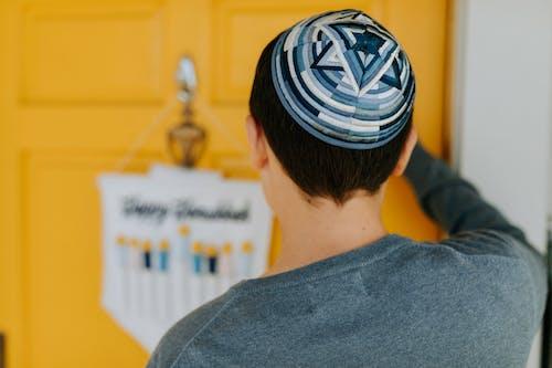 Foto De Vista Posterior De Un Niño Con Sombreros Tradicionales