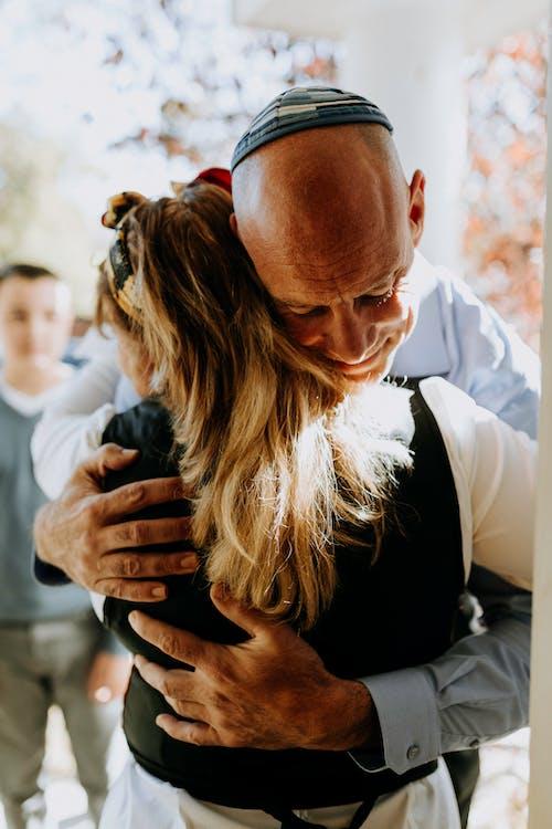 Foto De Hombre Abrazando A Mujer