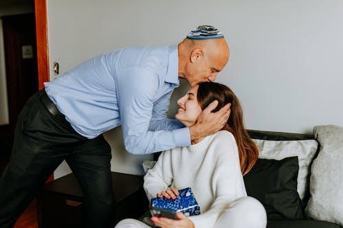 Foto De Padre Besando La Frente De Su Hija