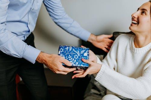 Foto Der Person, Die Geschenk An Frau übergibt