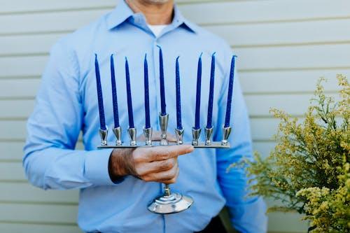 Foto Der Person, Die Einen Kerzenhalter Trägt