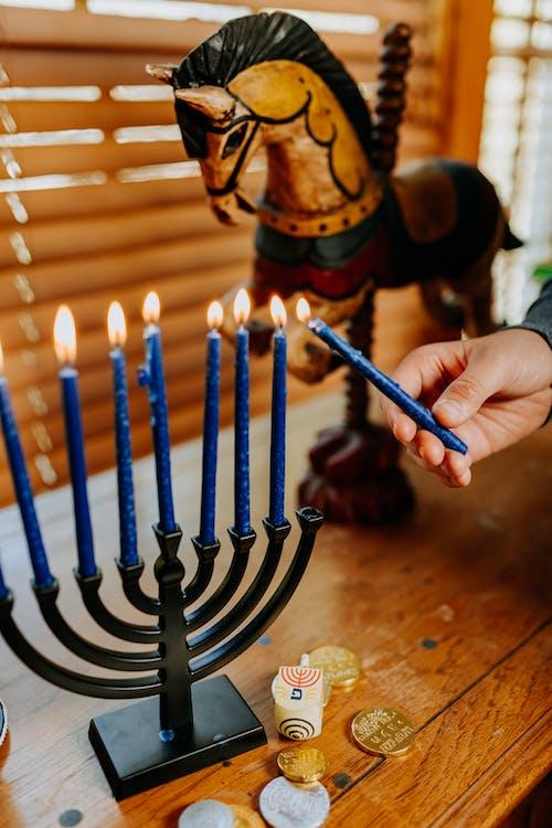 Foto Der Person, Die Die Kerzen Mit Angezündetem Kerzenhalter Anzündet