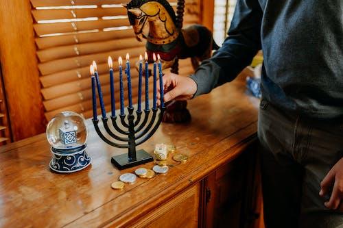 Foto Der Person, Die Die Kerze Auf Den Kerzenhalter Setzt