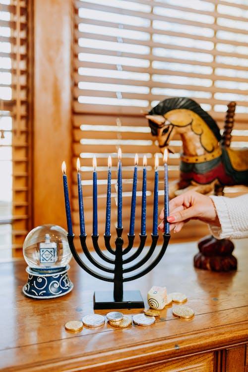 Foto Der Kerze, Die Auf Hölzernen Tisch Gelegt Wird