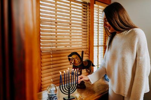 Foto Der Frau, Die Eine Brennende Kerze Hält