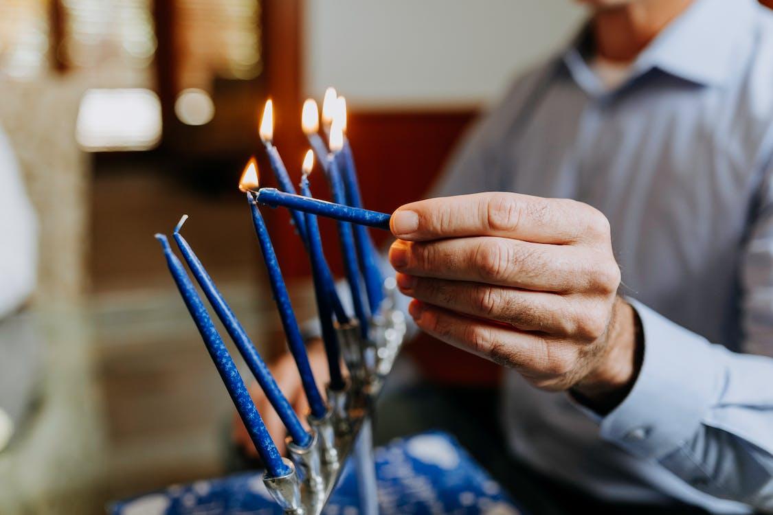 Nahaufnahmefoto Der Person, Die Eine Kerze Anzündet