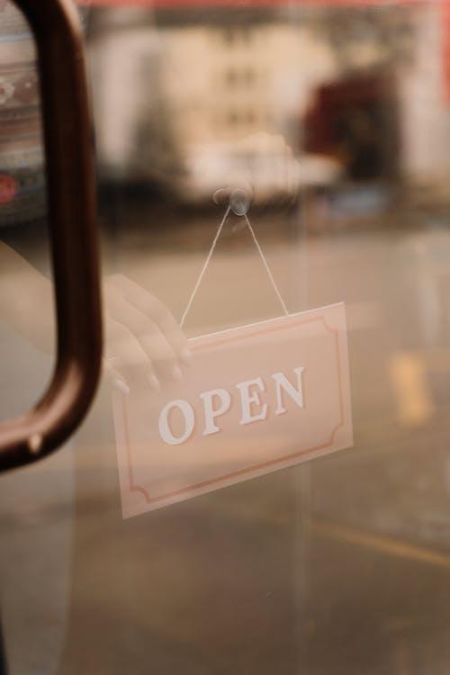 açık, açmak, asılı içeren Ücretsiz stok fotoğraf