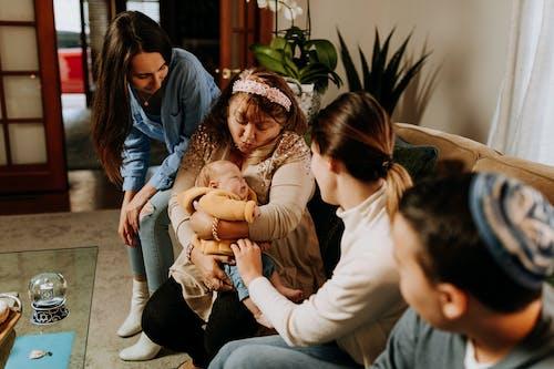 Foto De Mãe Carregando Um Bebê