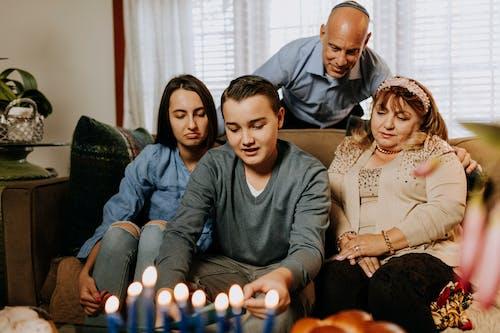 Foto De Família Reunida Na Sala De Estar