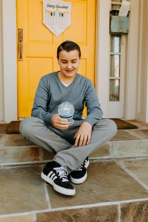 スノードームを持っている少年の写真