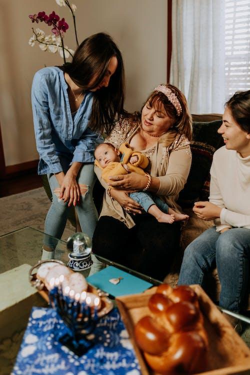 Foto De Uma Velha Carregando Um Bebê