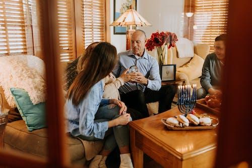 Foto De Família Reunida Dentro De Casa