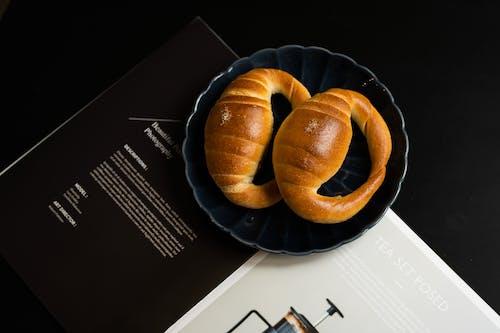 Fotobanka sbezplatnými fotkami na tému chlieb, chutný, croissant, cukor
