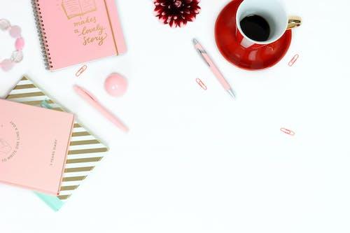 bir fincan kahve, çiçek, dahlia, düz yüzey içeren Ücretsiz stok fotoğraf