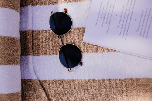 Gratis arkivbilde med briller, flatlay, håndkle