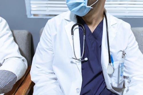 Безкоштовне стокове фото на тему «білий халат, впритул, доктор»